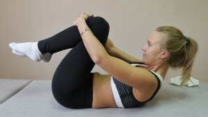 Eine Frau betreibt Pilates auf einer Pilates Matte